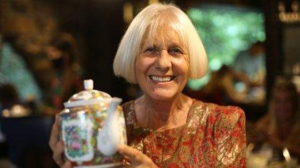 Sonia pasa todas su mañanas y tardes dialogando con la gente en la casa de té