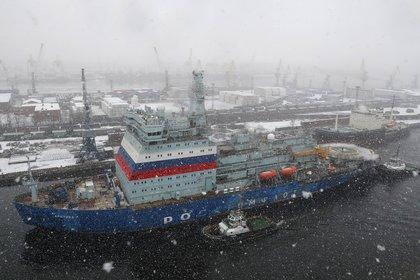 El rompehielos ruso 22220, Arctica, el buque nuclear más grande del mundo, regresa después de someterse a pruebas en el mar al astillero báltico en San Petersburgo, Rusia, el 14 de diciembre de 2019. Arctica y otros dos rompehielos nucleares universales Siberia y Ural del proyecto 22220 deberían ser puestos en funcionamiento hasta 2022. (EFE/EPA/ANATOLY MALTSEV)