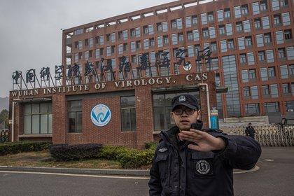Un agente de seguridad impide tomar imágenes en el exterior del Instituto de Virología de Wuhan, China. (EFE/EPA/ROMAN PILIPEY)