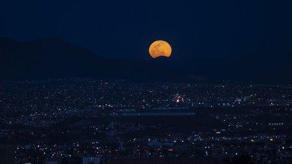 La primer Luna Llena de primavera se alza sobre la ciudad fronteriza. Tijuana, Baja California, 28 de marzo de 2021.