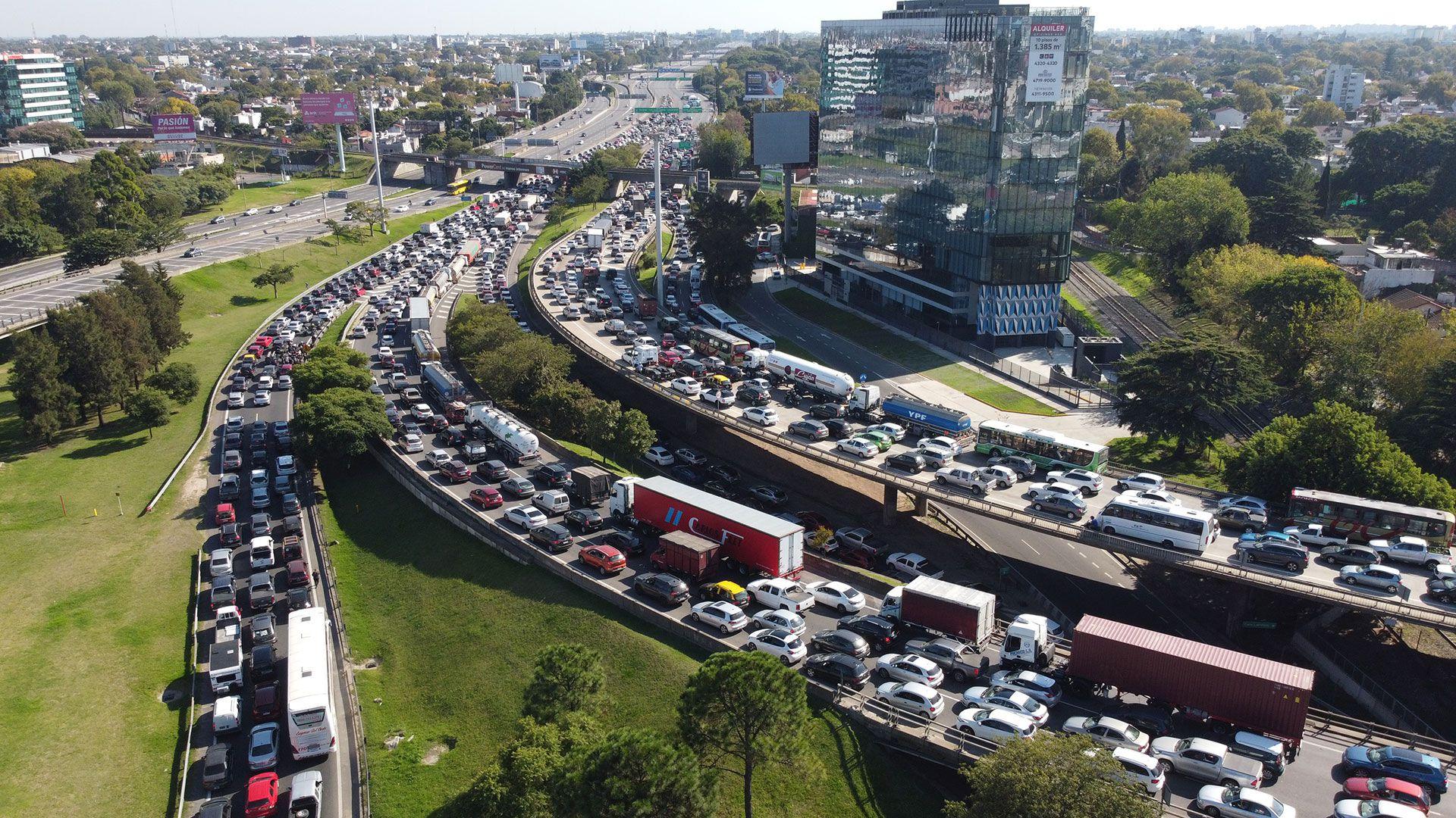 congestion-en-panamericana-por-controles-en-el-transito-restricciones-coronavirus-drone