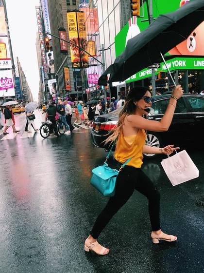 Danna Paola paseando por Times Square mientras luce su exclusivo Sicily de Dolce & Gabanna (Foto: Instagram @DannaPaola)