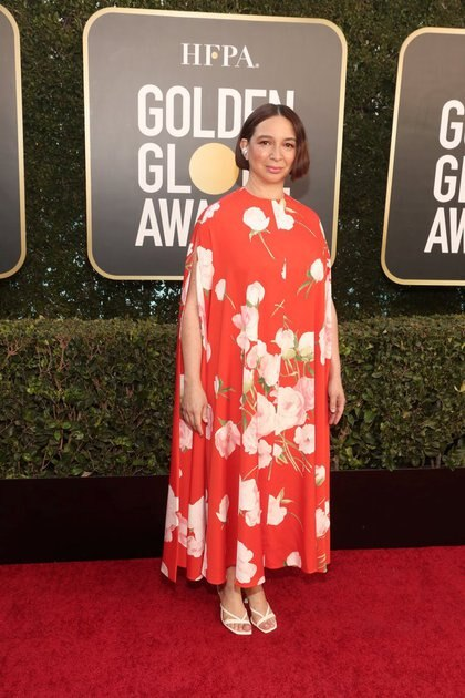 Maya Rudolph optó por una túnica floreada de largo midi al tobillo con zapatos blancos que son tendencia, los cuadrados de taco chupete