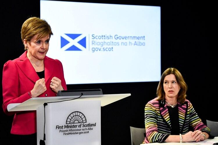 La primera ministra de Escocia, Nicola Sturgeon, y la jefa de Salud, Catherine Calderwood, brindaban a diario un informe sobre el avance del coronavirus en el país (Jeff J Mitchell/Pool via REUTERS)