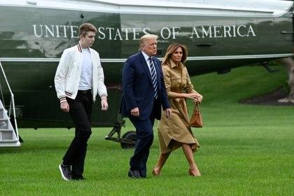 Barron Trump junto a sus padres, el presidente Donald Trump  y la Primera Dama Melania. Foto: REUTERS/Erin Scott