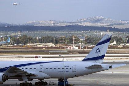 Un avión de la aerolínea El Al en el aeropuerto Ben Gurion en Lod (Israel). EFE/Jim Hollander/Archivo