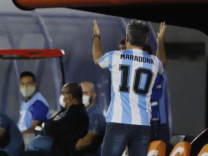 El homenaje de Renato Gaúcho a Diego Maradona en el partido de ida de Gremio y Guaraní (Nathalia Aguilar/Pool via REUTERS)