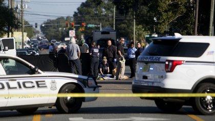 Agentes restringieron el tránsito en el lugar donde fue asesinado Ronald Felton (AP)