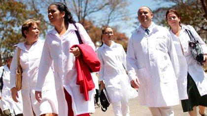Los médicos cubanos controlan los centros de aislamiento (Archivo)