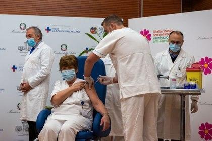 Maria Rosaria Capobianchi, l'une des premières bénéficiaires du vaccin Pfizer / BioNTech COVID-19 en Italie