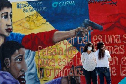 """Detalle del mural """"Las otras voces de la reinserción"""" inaugurado hoy, sábado durante un acto celebrado en el municipio de Nezahualcóyotl, en el Estado de México (México). EFE/José Méndez"""