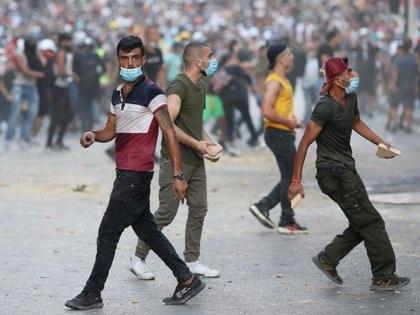 Un manifestante camina durante una protesta tras la explosión en el área del puerto de Beirut, en Beirut, Líbano, el 9 de agosto de 2020 (Reuters/ Goran Tomasevic)