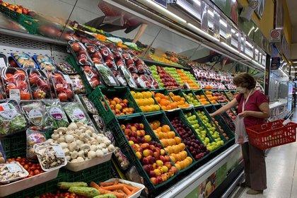 Los alimentos encabezan la carrera de precios al público. (EFE)