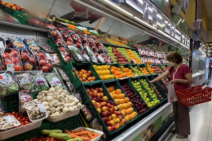 Una mujer busca productos en un supermercado hoy en Buenos Aires (Argentina). EFE/Demian Alday Estevez