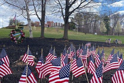 Banderas y coronas honran a varias personas que murieron debido al coronavirus.