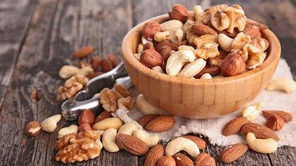 Se conoce como frutos secos a un grupo de alimentos compuesto por semillas comestibles encerradas en una cáscara dura (Shutterstock)