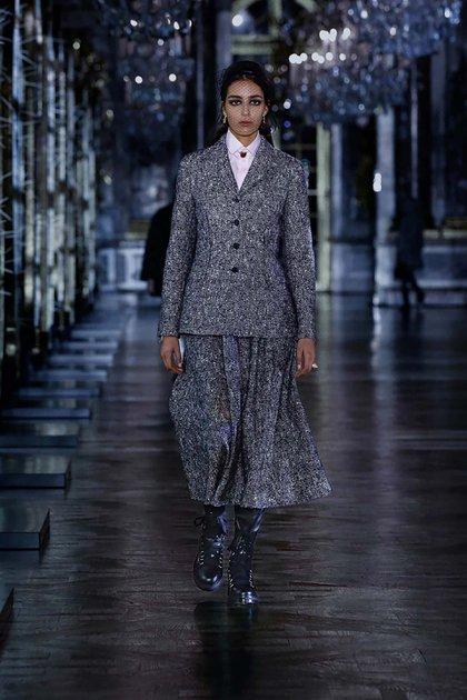 """Con restricciones de viajes y de reuniones debido a la pandemia de COVID-19, Dior, propiedad de LVMH, no hizo su tradicional desfile y lo cambió por una versión online filmada en el castillo en las afueras de París, a la que llamó """"Belleza inquietante"""""""