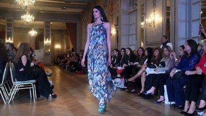 Vestidos de cuello halter con estampados digitalizados