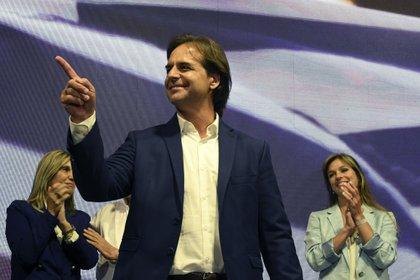 El candidato del Partido Nacional Luis Lacalle celebra con militantes el resultado electoral. (EITAN ABRAMOVICH / AFP)