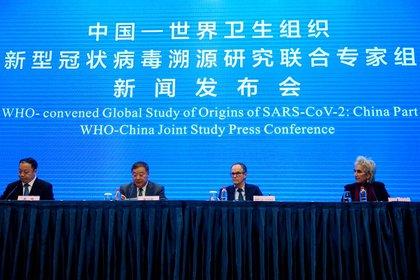 Desde la derecha, Marion Koopmans y Peter Ben Embarek, miembros del equipo de la OMS que investiga el origen de la COVID-19, Liang Wannian, jefe del panel de expertos de respuesta a la COVID-19 de la Comisión Nacional de Salud china, y el portavoz de la Comisión Nacional de Salud china, Mi Fengm durante una conferencia conjunta de la OMS y China celebrada en un hotel en Wuhan, provincia de Hubei, China, el 9 de febrero de 2021. REUTERS/Aly Song