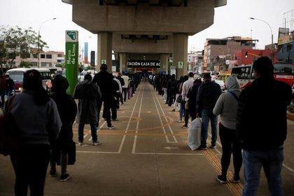 Personas hacen fila en una estación de metro en medio del brote de coronavirus en Lima, Perú, Julio 1, 2020. Foto: REUTERS/Sebastián Castañeda.