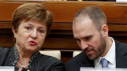 La directora gerente del Fondo Monetario Internacional (FMI) dialoga con el ministro de Economía de Argentina, Martín Guzmán. REUTERS/Remo Casilli