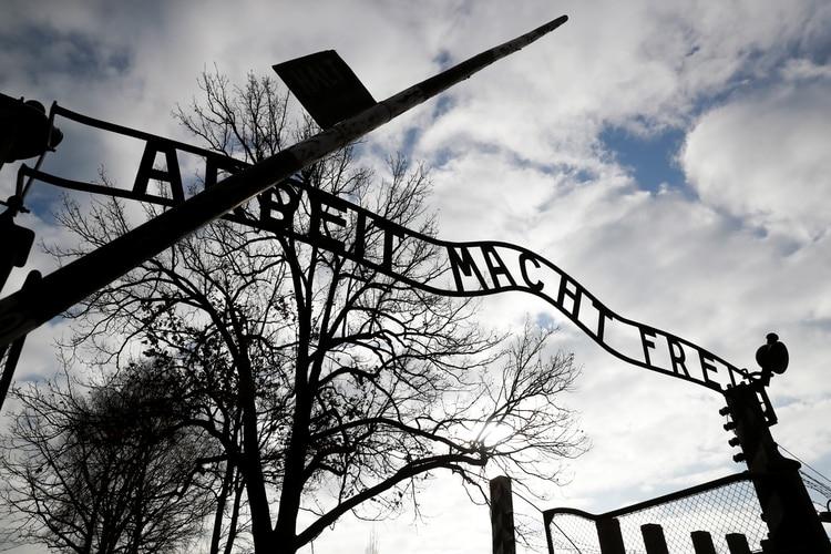 La puerta principal del antiguo campo de concentración y exterminio nazi, Auschwitz, en Polonia (REUTERS)
