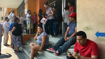 Pacientes esperan atención a las afueras de un hospital, en Tlalnepantla, al norte de Ciudad de México (México), el 08 de abril de 2020. EFE/ Jorge Núñez/Archivo