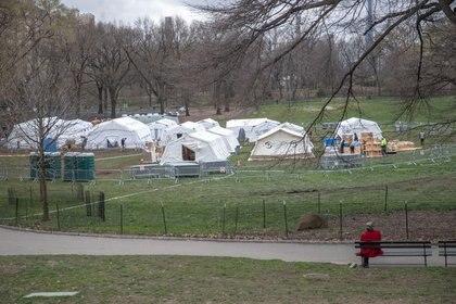 Un hospital de campaña montado en el Central Park, Nueva York, para hacer frente a la pandemia (REUTERS/Jeenah Moon)