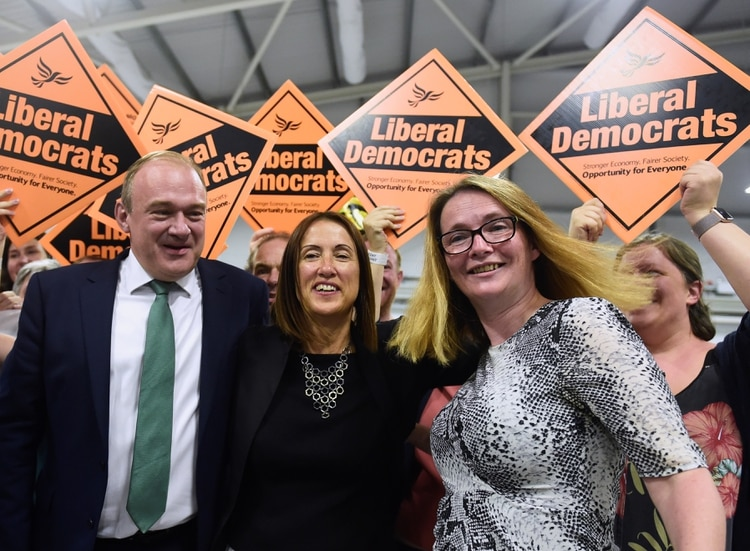 La candidata de los Liberales Demócratas Jane Dodds (C) celebra después de ganar las elecciones parciales para el distrito de Brecon y Radnorshire, en Gales, el 2 de agosto de 2019 (REUTERS/Rebecca Naden)