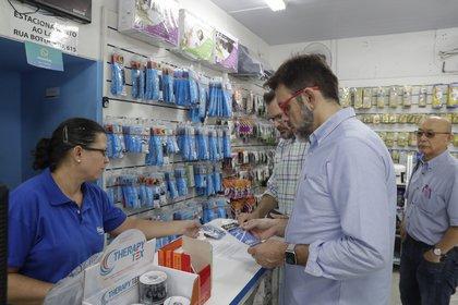 Clientes compran insumos médicos en San Pablo (AP)