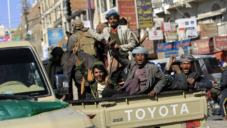 Combatientes hutíes en Saná, capital de Yemen