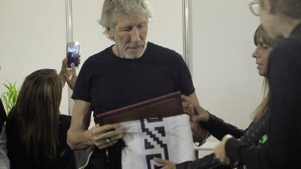 El poncho que y el cuadro que los familiares de los caídos en Malvinas le regalaron a Waters