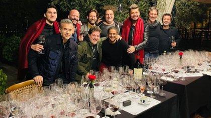 Los Tinelli, de poncho rojo, y sus amigos durante una degustación