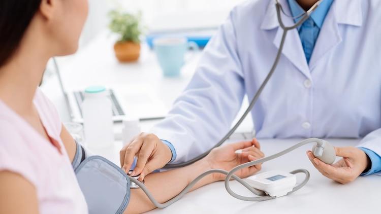 Los especialistas recomiendan no desatender posibles señales de una afección cardiovascular (Shutterstock)