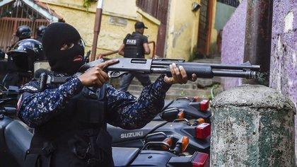 El escuadrón utiliza armas letales