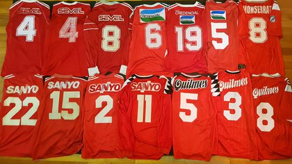 El dorso de las camisetas alternativas rojas usadas entre 1989 y 1997.