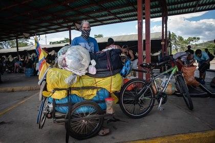 Migrante venezolano, viaja con todas sus pertenencias en una bicicleta