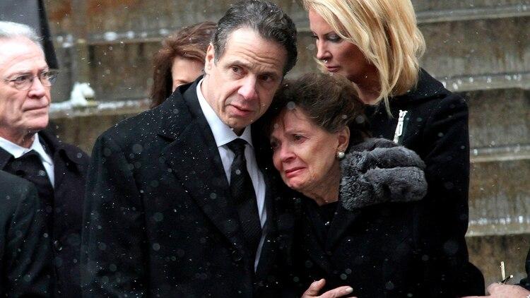 Andrew Cuomo sostiene a su madre, Matilda, en el funeral de su padre, Mario Cuomo, estrella demócrata y tres veces goberanador de Nueva York, quien murió en 2015 a los 82 años. (Zuma/Shutterstock)
