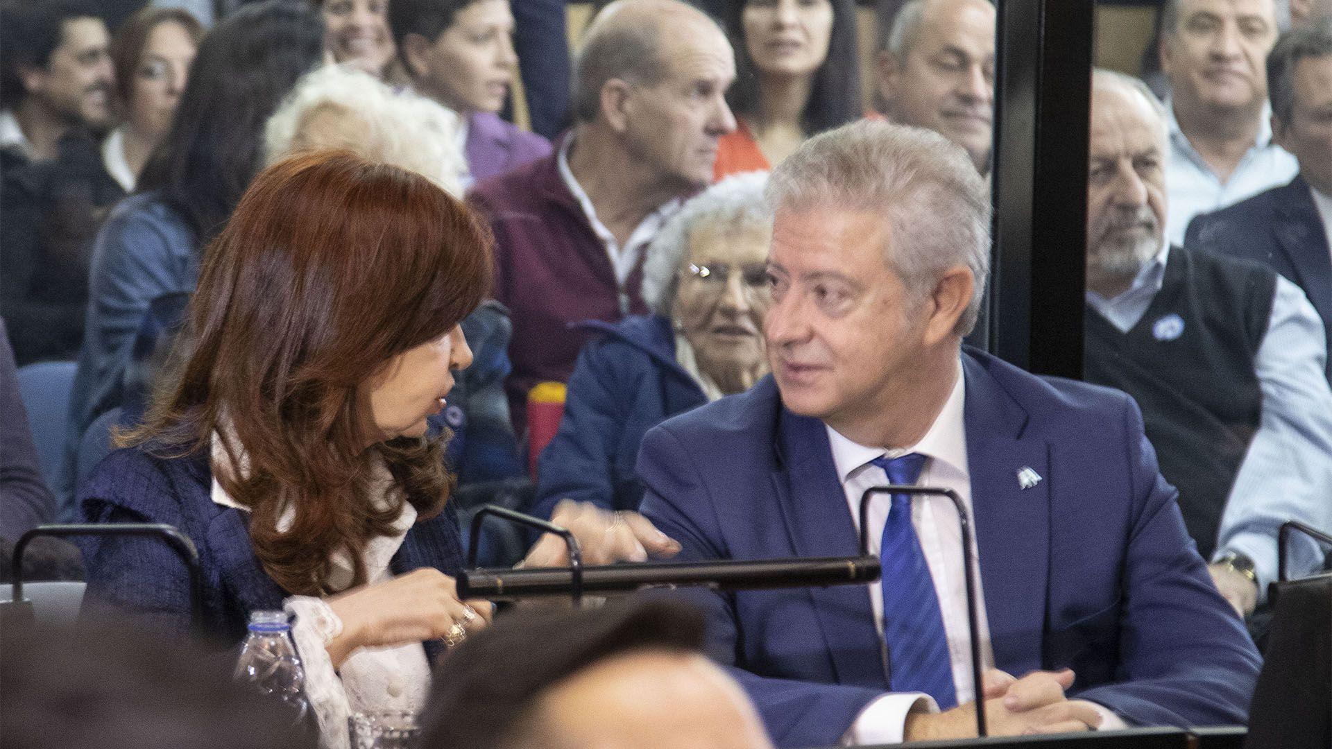 Cristina y su abogado, Carlos Berald, en la primera audiencia del juicio en su contra (foto Juan Vargas/NA)