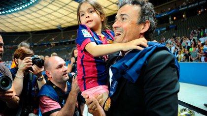 Luis Enrique durante la celebración de la Champions League 2014/15 con su hija Xana (Shutterstock)