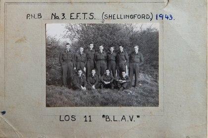 """Coggan con otros miembros de la RAF que llevaban la insignia B.L.A.V. """"British Latin American Volunteers"""""""