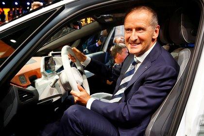 Aunque no es tan joven ni audaz como Musk, Herbert Diess, el CEO de Volkswagen, se anotó un par de éxitos importantes REUTERS/Wolfgang Rattay/File Photo