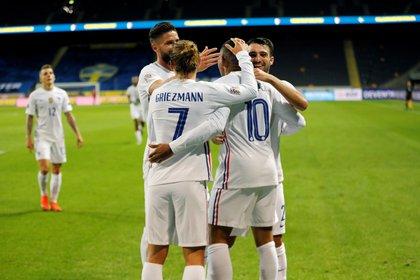 Los jugadores de Francia celebran con Kylian Mbappé en el duelo ante Suecia por la UEFA Nations League (REUTERS)
