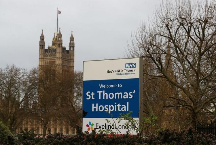 Vista del exterior del Hospital St Thomas en Londres donde el primer ministro británico, Boris Johnson, fue ingresado para someterse a pruebas el domingo después de sufrir síntomas persistentes de coronavirus (COVID-19), Londres, Gran Bretaña. 6 de abril de 2020. REUTERS/Simon Dawson