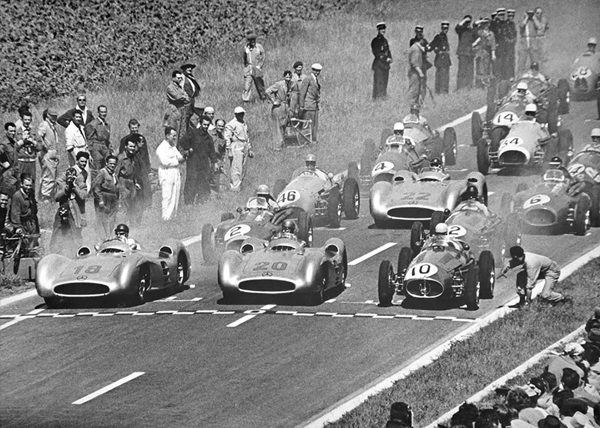La largada del día de la primera victoria de Mercedes en F-1. Fue debut y triunfo de la mano de Juan Manuel Fangio (número 18), en Reims, Francia,en 1954.