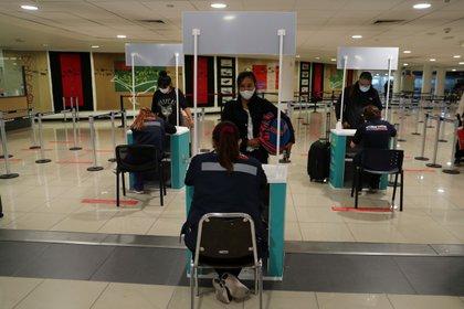 Autoridades realizan controles sanitarios a pasajeros que vuelven a Chile desde el exterior. Foto: REUTERS/Ivan Alvarado