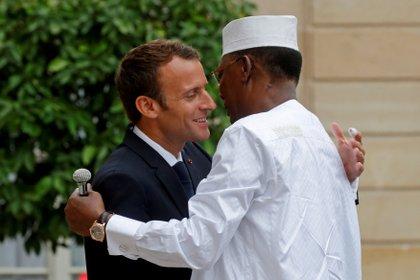 FOTO DE ARCHIVO: El presidente de Francia, Emmanuel Macron, da la bienvenida al presidente de Chad, Idriss Deby Itno, a una conferencia internacional sobre Libia en el Palacio del Elíseo en París, Francia, el 29 de mayo de 2018. REUTERS / Philippe Wojazer