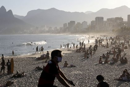 Foto del 21 de junio en la playa Arpoador en Río de Janeiro en medio de la pandemia de coronavirus. Tiempo después, el alcalde Marcelo Crivella prohibió el acceso a las playas hasta que exista una vacuna efectiva REUTERS/Ricardo Moraes