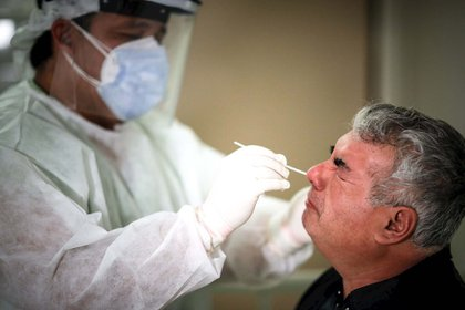 Un especialista realiza el pasado miércoles 24 de junio una prueba de COVID-19 en el Hospital de Agudos de Ezeiza, en la provincia de Buenos Aires (Foto: EFE)